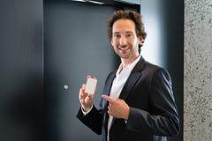 Бизнесмен с ключевой карточкой для двери комнаты в гостинице Стоковая Фотография