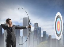 Бизнесмен с луком и стрелы Стоковые Фото