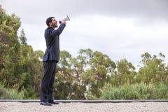 Бизнесмен с мегафоном стоковые изображения rf