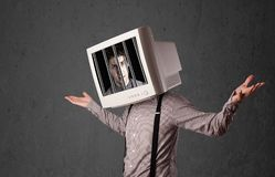 Бизнесмен с монитором на его голове traped в цифровую систему Стоковые Изображения RF