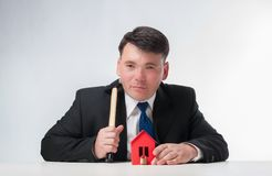 Бизнесмен с молотком Стоковое Фото