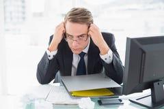 Бизнесмен с документами и компьютер на столе офиса Стоковые Фотографии RF
