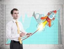 Бизнесмен с доской сзажимом для бумаги, startup ракета Стоковое Изображение