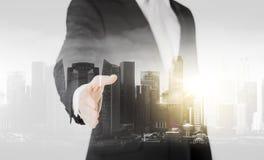 Бизнесмен с открытой рукой готовой для рукопожатия Стоковая Фотография