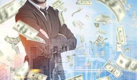 Бизнесмен с пересеченными руками, дождь доллара, сторона Стоковое Изображение RF