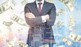 Бизнесмен с пересеченными руками, дождь доллара Стоковые Изображения