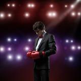 Бизнесмен с перчатками бокса в кольце Стоковые Изображения RF