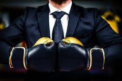 Бизнесмен с перчатками бокса готов для корпоративного сражения Стоковые Изображения RF