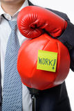 Бизнесмен с перчаткой бокса готовой для боя с работой, делом Стоковые Фото