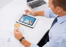 Бизнесмен с ПК и кофе таблетки в офисе Стоковые Фотографии RF