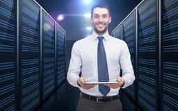 Бизнесмен с ПК таблетки над комнатой сервера стоковое изображение