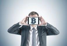 Бизнесмен с планшетом bitcoin Стоковые Фото