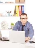 Бизнесмен с портативным компьютером в офисе Стоковое Изображение