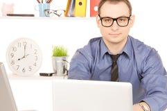 Бизнесмен с портативным компьютером в офисе Стоковое Изображение RF