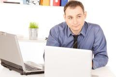 Бизнесмен с портативным компьютером в офисе Стоковые Фотографии RF