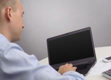 Бизнесмен с портативным компьютером Стоковые Изображения