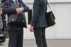 Бизнесмен 2 с портфелем говоря на улице, конце вверх Стоковые Фото