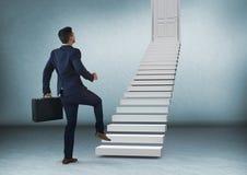 Бизнесмен с портфелем идя вверх по лестницам к двери Стоковые Изображения