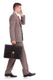 Бизнесмен с портфелем на телефоне Стоковое фото RF