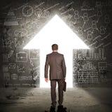 Бизнесмен с портфелем шагая через дверь Стоковые Фотографии RF