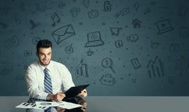 Бизнесмен с предпосылкой значков средств массовой информации Стоковое Изображение RF