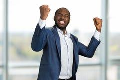 Бизнесмен с сжатыми кулаками и зубами Стоковое Изображение RF