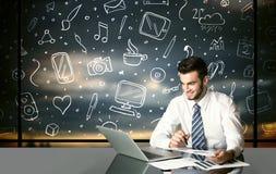 Бизнесмен с социальными символами средств массовой информации Стоковое Изображение