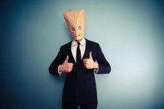 Бизнесмен с сумкой надземной дающ 2 большого пальца руки вверх Стоковые Изображения