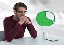 Бизнесмен с таблеткой на столе с диаграммой долевой диограммы Стоковая Фотография RF