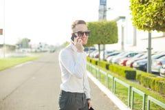 Бизнесмен с таблеткой мобильного телефона в руках Стоковые Изображения