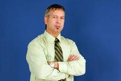 Бизнесмен с усмехаться пересеченный рукоятками Стоковое Изображение RF
