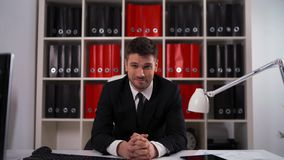 Бизнесмен слушает ваше мнение видеоматериал