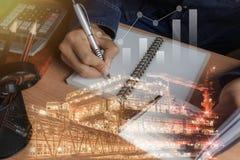 Бизнесмен с финансами или бухгалтерией и концепцией предпосылки платформы оффшорной нефти и газ промышленной Стоковая Фотография RF