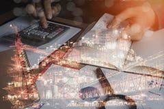 Бизнесмен с финансами или бухгалтерией и оффшорной нефтью и газ Стоковое Изображение