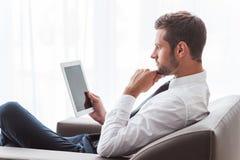 Бизнесмен с цифровой таблеткой Стоковая Фотография RF