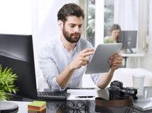 Бизнесмен с цифровой таблеткой Стоковые Изображения RF