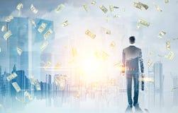 Бизнесмен с чемоданом в городе, дожде денег Стоковые Изображения RF