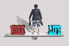 Бизнесмен с шортами и ботинки, носки в наличии стоят на seesaw Стоковые Фотографии RF