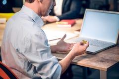 Бизнесмен с bitcoin в офисе стоковая фотография