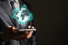 Бизнесмен с smartphone и глобальная вычислительная сеть на interfa экрана Стоковое фото RF