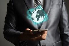 Бизнесмен с smartphone и глобальная вычислительная сеть на interfa экрана Стоковые Изображения RF