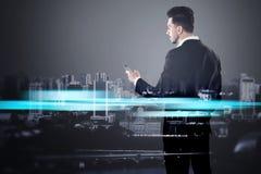 Бизнесмен с smartphone и голубым городом Стоковые Фотографии RF