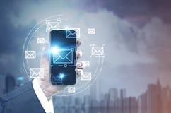 Бизнесмен с smartphone, электронная почта в городе Стоковая Фотография RF