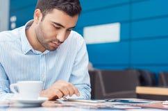Бизнесмен с smartphone стоковая фотография