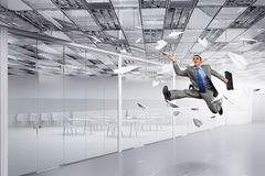 Бизнесмен танцев в офисе Стоковое фото RF