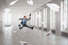 Бизнесмен танцев в офисе Стоковые Изображения
