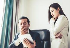 Бизнесмен тревожась о таблетке отчет о Стоковое фото RF