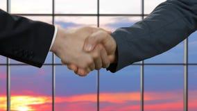 Бизнесмен трясет руки на заходе солнца сток-видео
