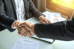 Бизнесмен тряся руки для контракта стоковое изображение