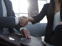 Бизнесмен тряся руки для того чтобы загерметизировать дело с его партнером Стоковые Изображения